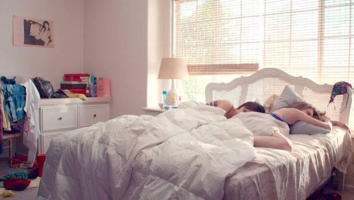 Amigas dormidas en la misma cama