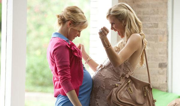 embarazadas juntando sus barrigas y sonriendo