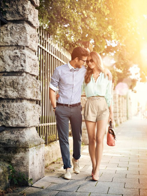 pareja caminando juntos abrazados por la calle