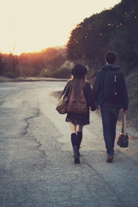 pareja de novios caminando tomados de las manos