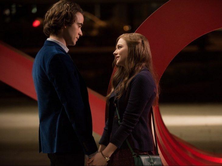 escena de la película if stay protagonistas hablando tomándose de la mano