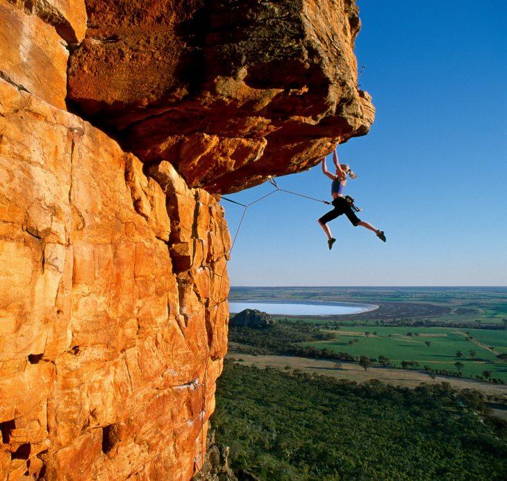 chica escalando una montaña