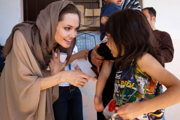 angelina jolie ayuda humanitaria a una niña