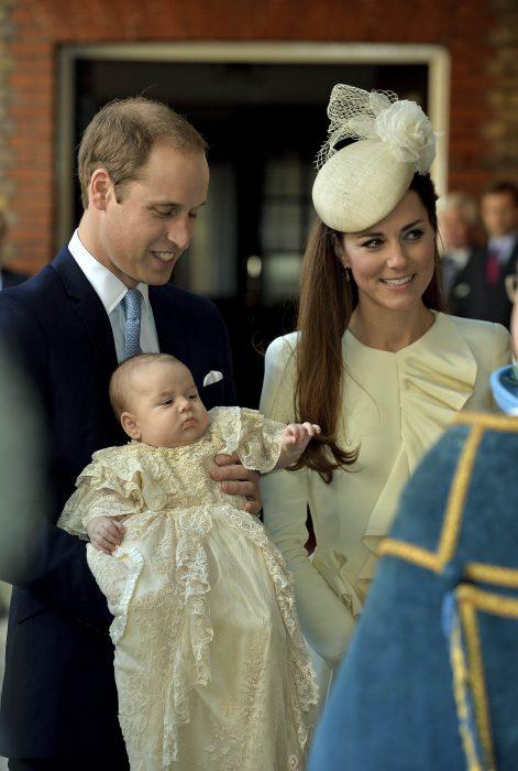 pareja real británica bautizando a su bebé