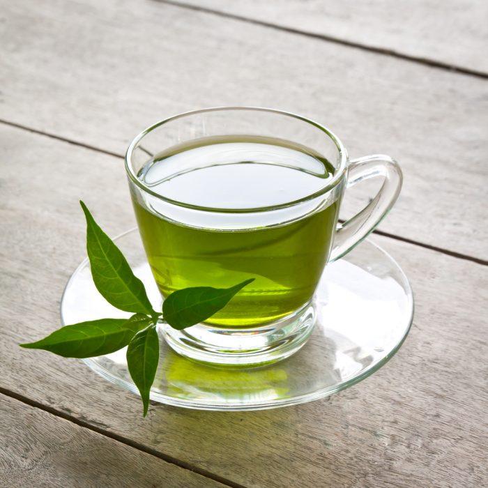 Té verde servido en una taza