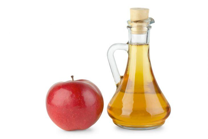 recipiente que contiene vinagre de manzana
