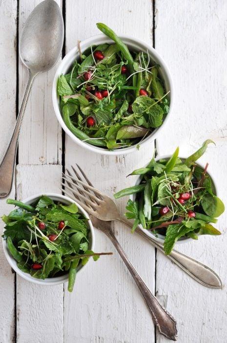 tazones servidos con ensalada verde