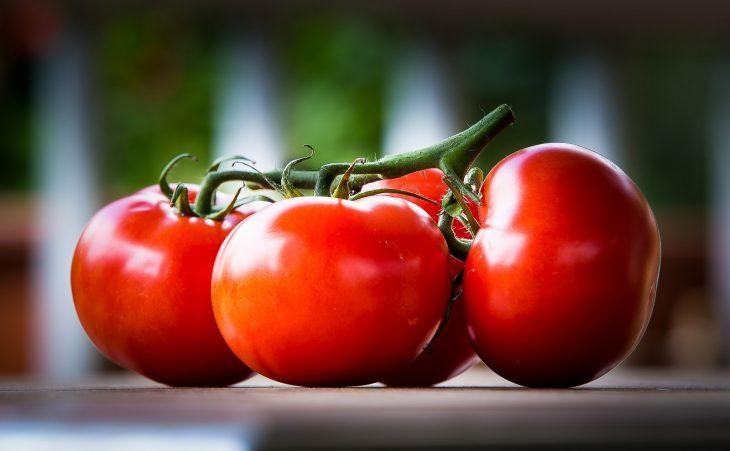 tres tomates servios sobre una mesa