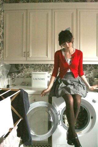 Chica sentada sobre una lavadora