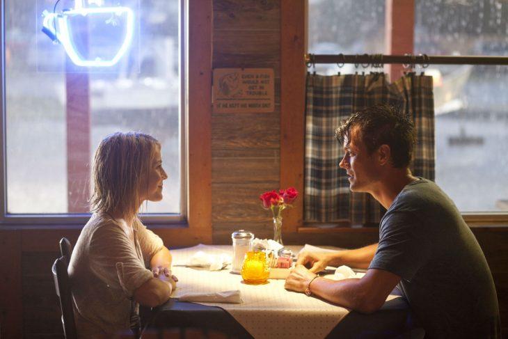 Pareja de novios sentados en un restaurante hablando