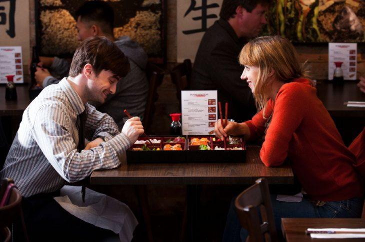 Escena de la película what if protagonistas cenando en un restaurante comiendo sushi
