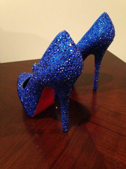 Zapatos de color azul con brillos vistos desde atrás