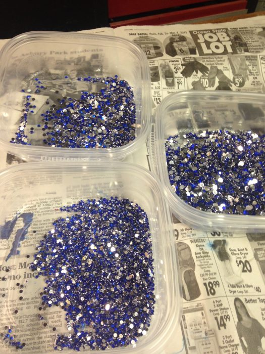 Piedras azules de diferentes tamaños colocadas en tazones