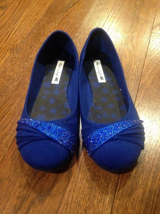 zapatos de piso con piedras brillosas