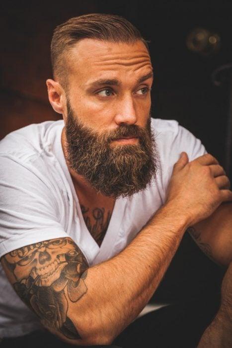 Hombre con barba larga y cabello corto