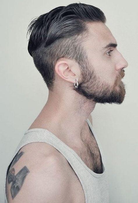 Hombre con corte de cabello hipster