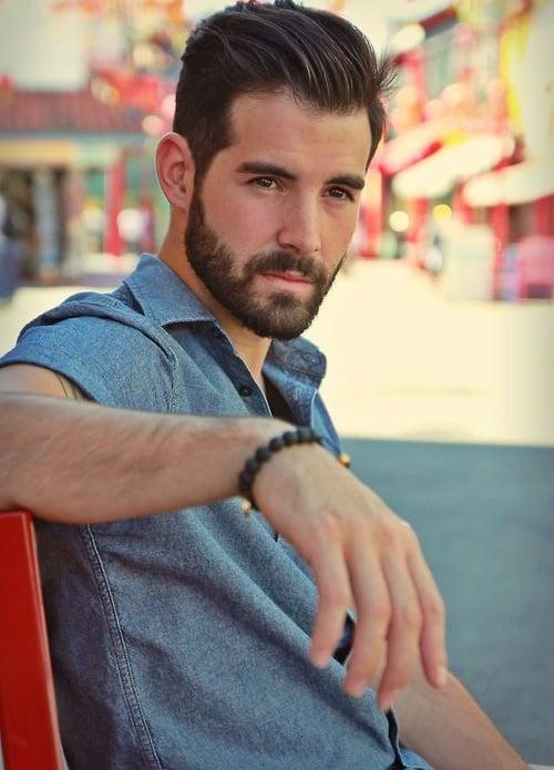 Hombre con barba y peinado moderno