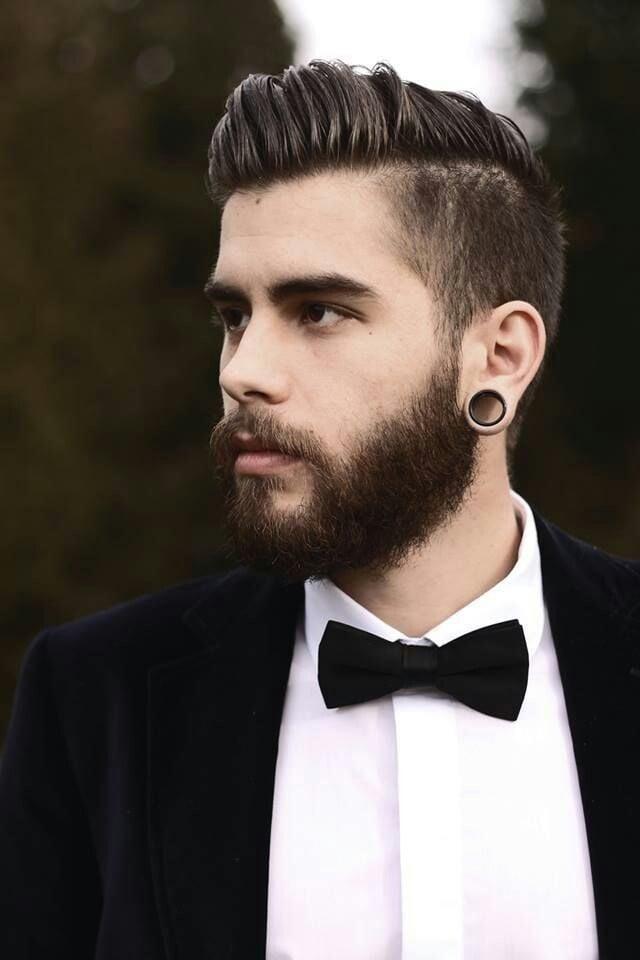 hombre con traje barba expansiones y corte de cabello dapper