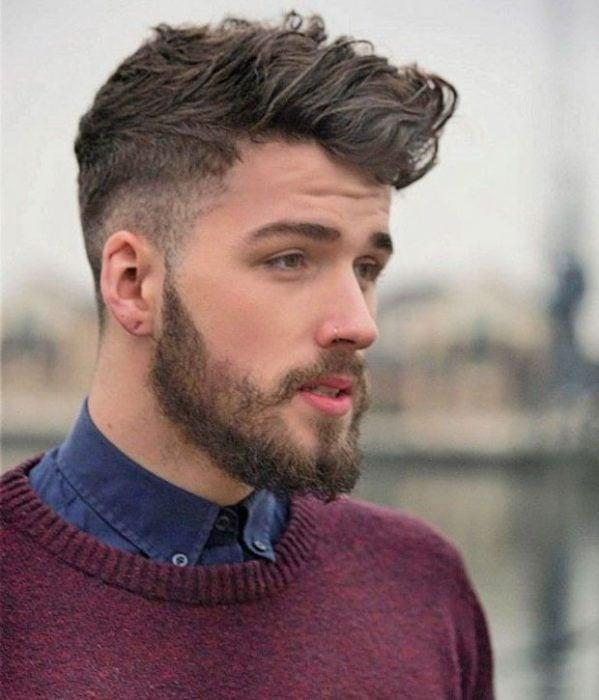 Hombre con barba y corte de cabello de moda