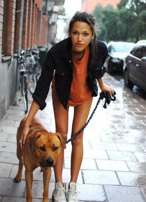 Chica paseando a su perro