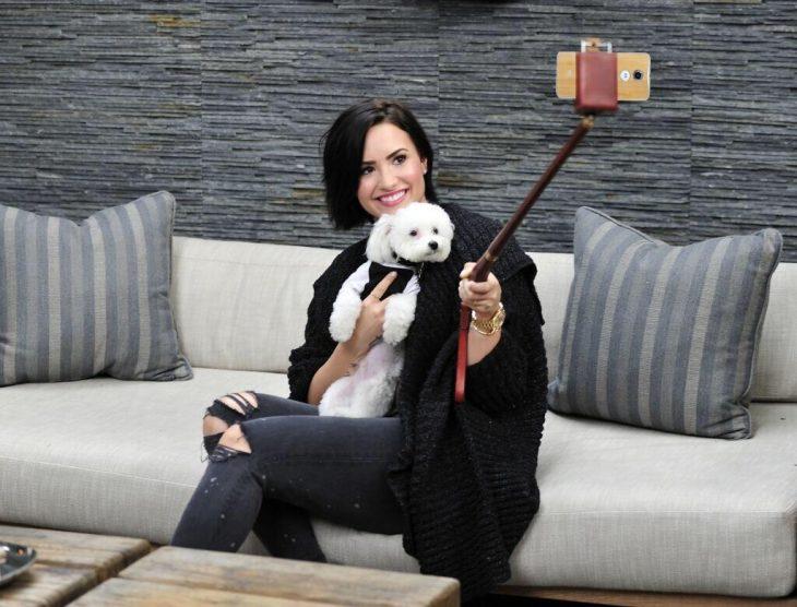 Demi Lovato con su perro tomándose una foto