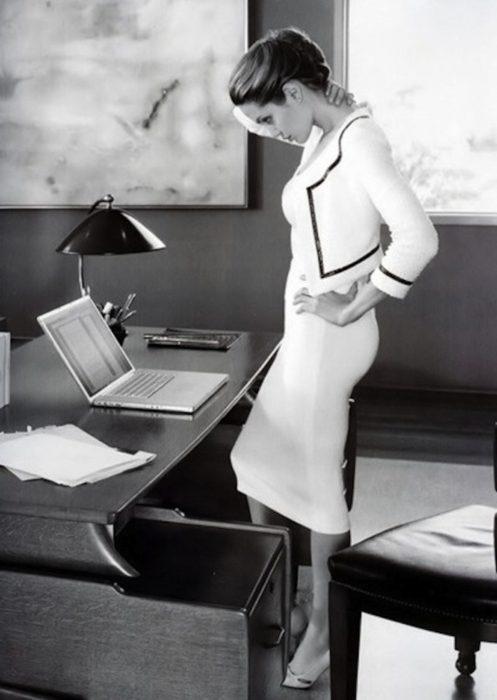 Angelina Jolie en una oficina