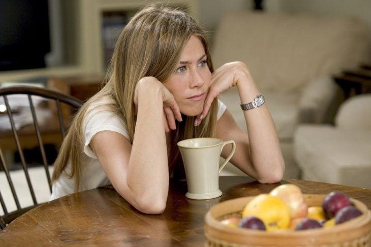 Jennifer Aniston pensando