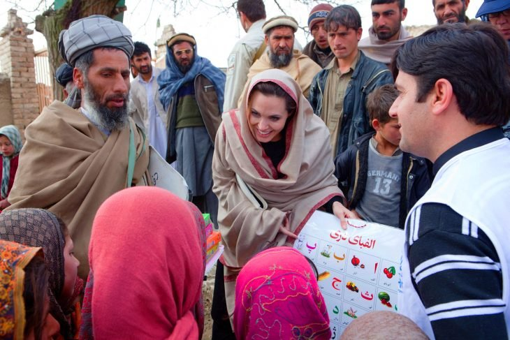 Angelina Jolie enseñando a unos niños