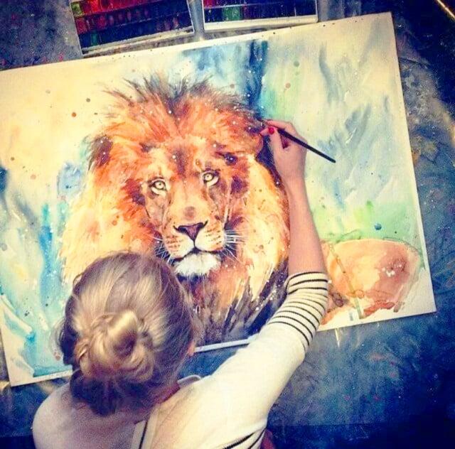 Chica pintando un león
