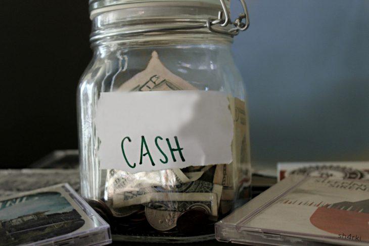 Frasco con dinero ahorrado