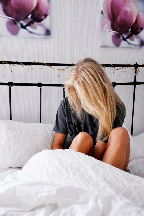 Chica despertando en su cama