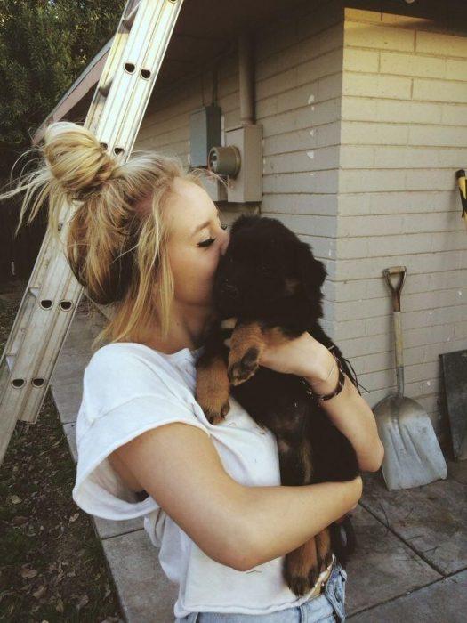 Chica abrazando a un perrito