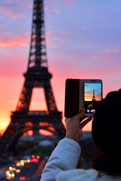 Chica tomando fotos en París