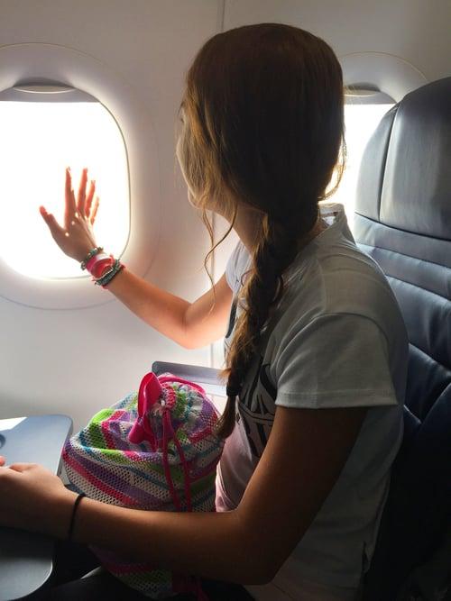 Chica en un avión