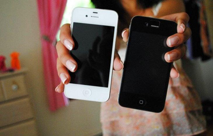 Chica con dos iphones en las manos