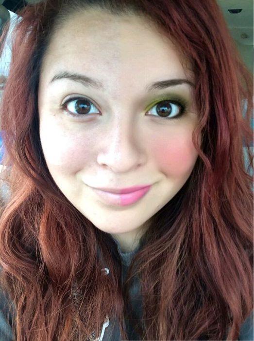 Chica de cabello chino y de color rojo con la mitad del rostro maquillado