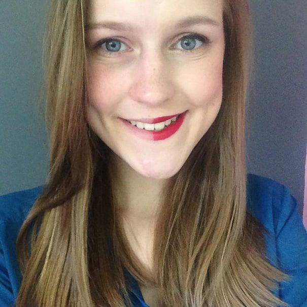 Chica con la mitad del rostro maquillado para una foto de instagram