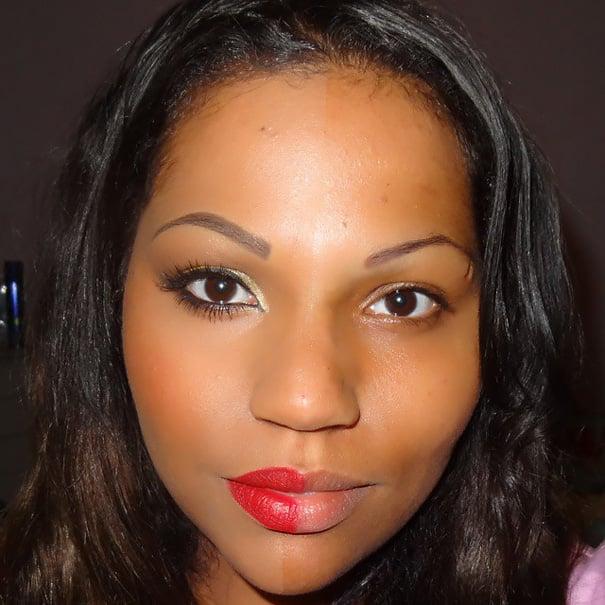 Chica de piel morena con cabello negro con la mitad del rostro maquillado
