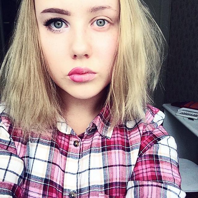 Chica con la mitad del rostro maquillado y el ojo como smokeye