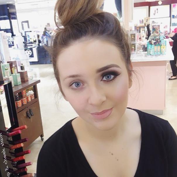 Chica con un moño de chongo y con la mitad de la cara maquillada