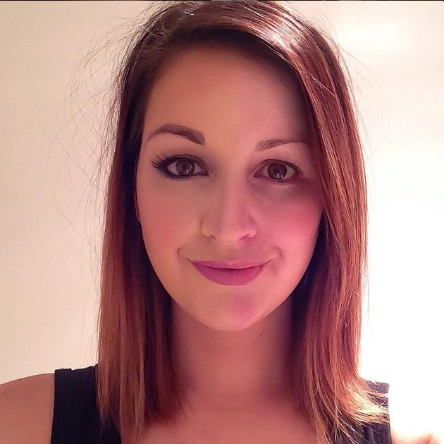 Chica de cabello corto tomándose una selfie con la mitad del rostro maquillado