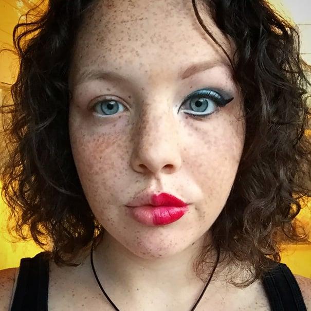Chica de cabello rizado con la mitad del rostro maquillado