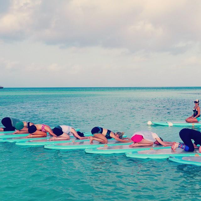 Clase de yoga acuática