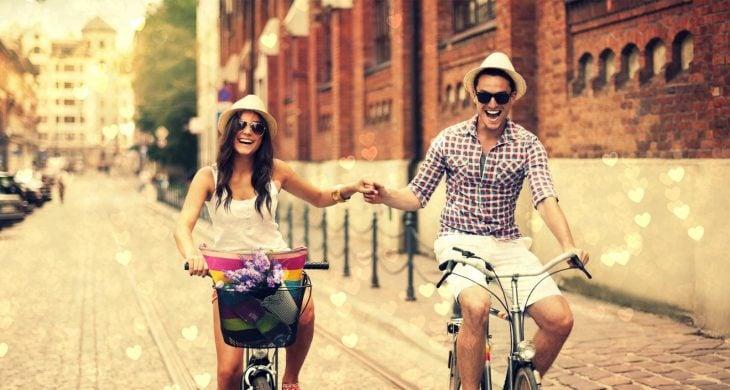 Pareja dando un paseo en bicicleta