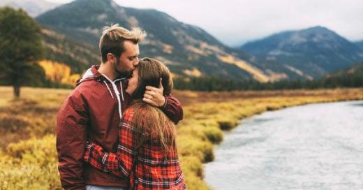pareja en un bosque