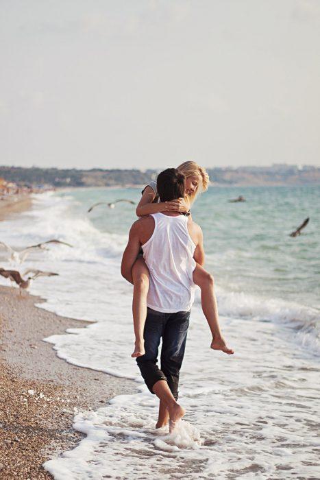 Pareja caminando por la playa