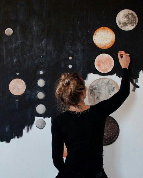 Chica pintando una pared