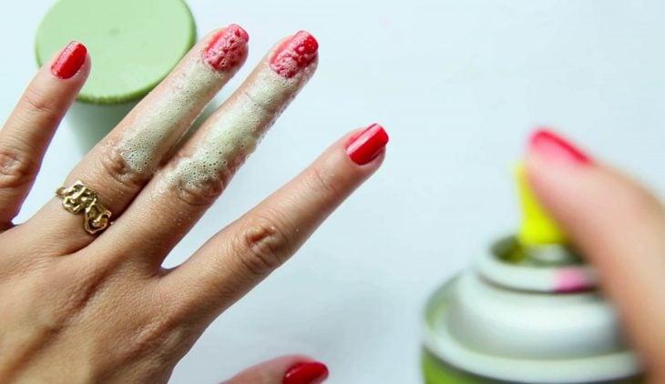 Aceite en aerosol en las uñas