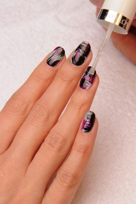 esmalte transparente en las uñas