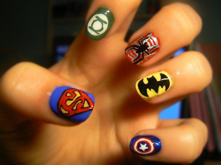 Uñas pintadas con logos de superhéroes